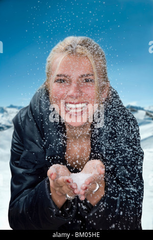Junge Frau mit Schneeflocken - Stockfoto
