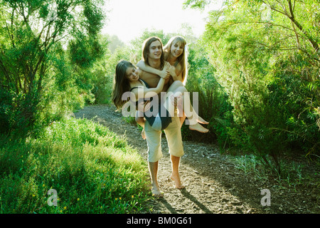 Junger Mann mit zwei jungen Frauen - Stockfoto