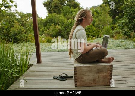 Mann mit einem Laptop im freien - Stockfoto
