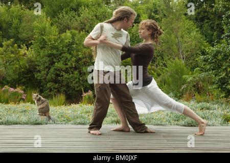Mann und Frau tanzen im freien - Stockfoto