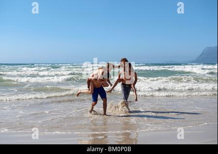 Gruppe spielt in surf - Stockfoto