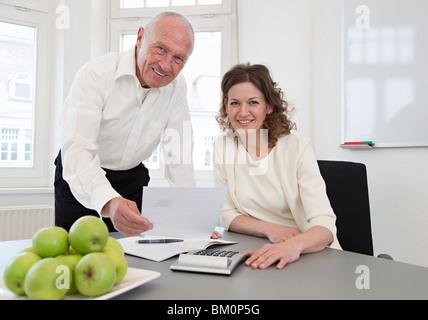 Geschäftsleute, die Papiere zu diskutieren - Stockfoto