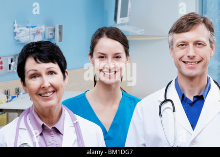Porträt von zwei Ärzte und eine Krankenschwester lächelnd - Stockfoto