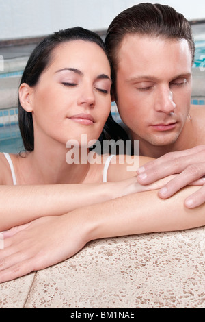 Paar romancing in einer heißen Wanne - Stockfoto