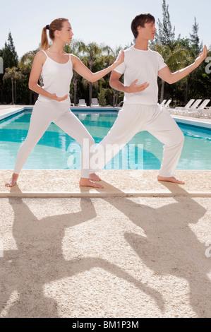 Paar Ausübung am Pool - Stockfoto