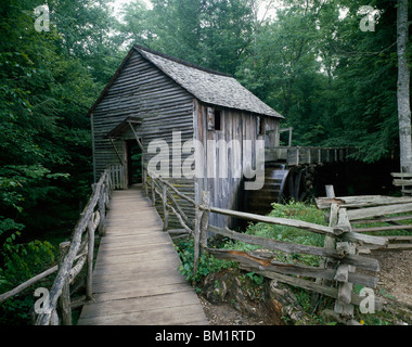 Wassermühle in einem Wald, John P. Kabel Grist Mill, Cades Cove, Great Smoky Mountains National Park, Tennessee, - Stockfoto