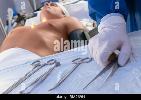 Chirurgen, chirurgische Scheren in einem OP-Saal hält - Stockfoto