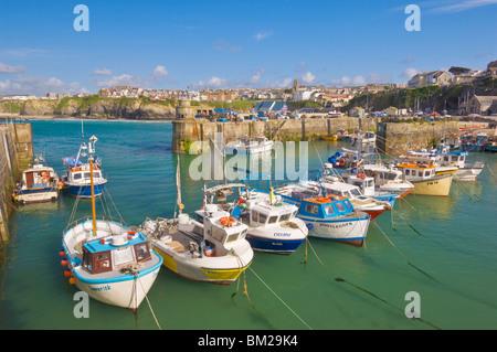 Kleine Fischerboote im Hafen von Flut, Newquay, North Cornwall, UK - Stockfoto