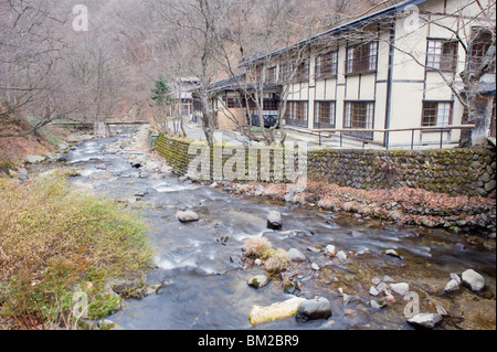 Fluss fließt durch Aoni Onsen Hot Spring Resort, Präfektur Aomori, Japan - Stockfoto