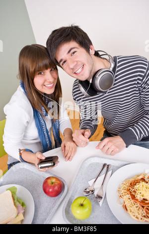 Mensa - glückliche Jugendliche mit Mittagspause - Stockfoto
