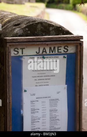 Schwarzes Brett der Dorfkirche und der Kirchhof von St. James am Stedham in West Sussex - Stockfoto