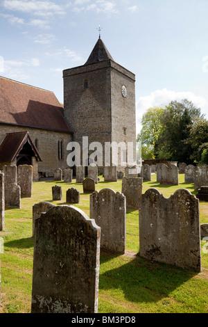 Die Dorfkirche und Kirchhof von St. James am Stedham in West Sussex - Stockfoto