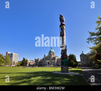 Totempfahl vor dem Parlamentsgebäude, Victoria, Britisch-Kolumbien, Kanada - Stockfoto