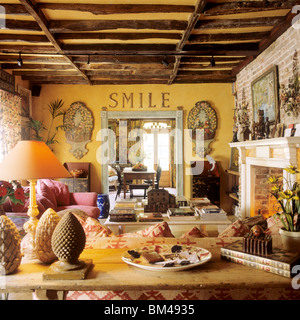 Eklektisch Eingerichtete Wohnzimmer Mit Balkendecke Im Umgebauten Ehemaligen Poststation