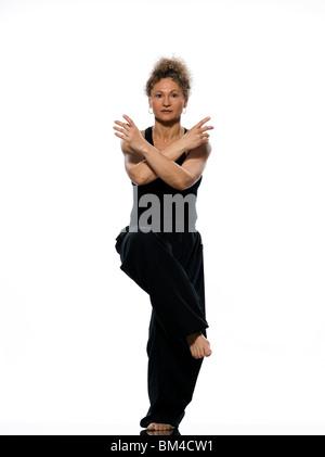 Reife Frau Taiji Tai Chi Chuan im Studio auf weißem Hintergrund isoliert - Stockfoto