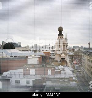 Blick durch Jalousien von London aus St Martins Lane hotel - Stockfoto