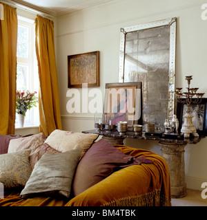 Antik Spiegel-Rahmen und Möbel im modernen Interieur Stockfoto, Bild ...