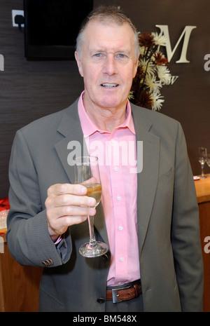 Sir Geoff Hurst, Eröffnet Mallards Jewelry Shop, Essex, Großbritannien - 12. August 2009