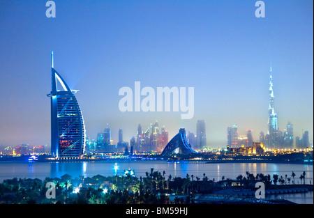 Dämmerung Blick über die Skyline von Dubai Stadt von Palm Island Jumeirah Emirates Towers, Burj al Arab und Burj - Stockfoto