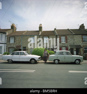 Rover 2000 P6 und Ford Popular mit ihrer Besitzerin geparkt in einer Straße in Worthing, West Sussex, UK - Stockfoto