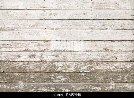 Seite einer alten weißen Scheune mit Farbe gesäumt und peeling, horizontale Planken; Bild kann vertikal erfolgen. - Stockfoto