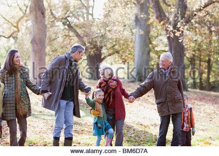 Großfamilie Hand in Hand und Wandern im park - Stockfoto