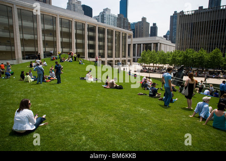 """Besucher genießen die neue """"Beleuchtet Rasen"""" Funktion in den Norden Plaza im Lincoln Center für darstellende Künste - Stockfoto"""