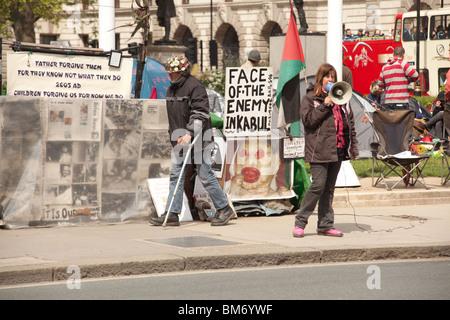 Anti-Kriegs-Demonstranten und das Friedenslager Parliament Square, Westminster, London, England. - Stockfoto