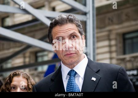 NYS Generalstaatsanwalt Andrew Cuomo spricht vor der Presse vor marschieren in den Gruß an Israel Parade in New - Stockfoto