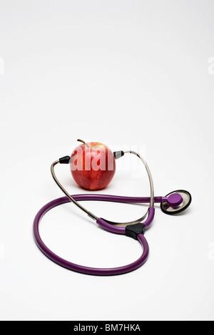 Ein Stethoskop auf einen Apfel - Stockfoto