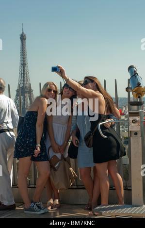 Gruppe weiblichen amerikanischen Touristen nehmen Fotos von sich, von oben der Arc de Triomphe, Paris, Frankreich - Stockfoto