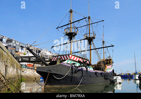 ein Replikat der golden Hind Segelschiff im Hafen von Brixham, Devon, uk - Stockfoto