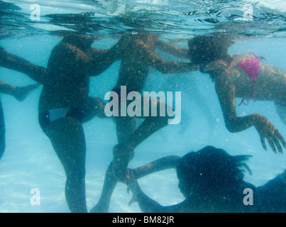 Multi-ethnischen, Multi-Geschlecht Schulkinder, 9 bis 12 Jahre alten Kinder Turnstunde am Pool in der Schule besuchen. - Stockfoto