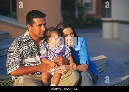 Eine junge mexikanische Familie mit einem neuen Baby-Tochter - Stockfoto