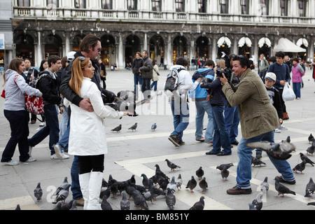 Fotografen, die Bilder von Menschen füttern der Tauben in Venedig, Italien - Stockfoto