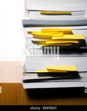 Stapel Bücher mit Post-It oder Haftnotizen Stockfoto