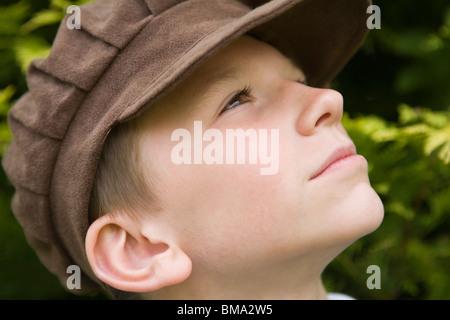 Junge tragen Viktorianische Kleidung und ein altmodisches Tuch flacher Deckel - Stockfoto
