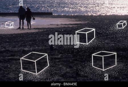 Paar am Strand von surrealen Landschaft. - Stockfoto