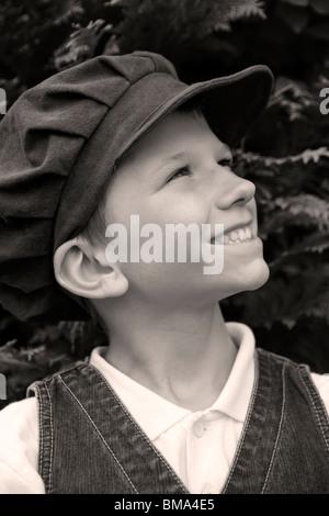 Kleiner Junge mit viktorianischer Kleidung _Old altmodische Tuch Mütze - Stockfoto