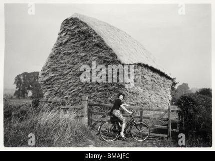 Archivfoto: Radfahren Frau von Heuhaufen (c1945) - Stockfoto