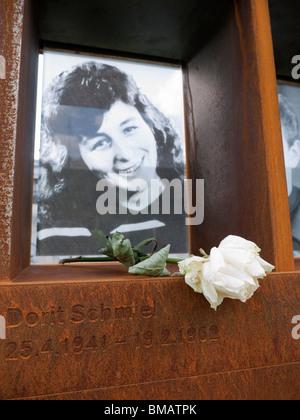 Fenster des Gedenkens an neue Gedenkstätte Berliner Mauer in der Bernauer Straße in Berlin Deutschland - Stockfoto