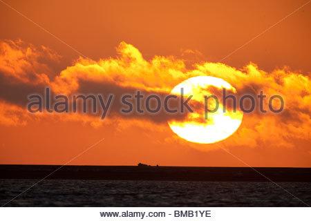 Die Sonne geht in eine Farbenpracht über Beaufort Meer vor der Küste der ANWR - Stockfoto