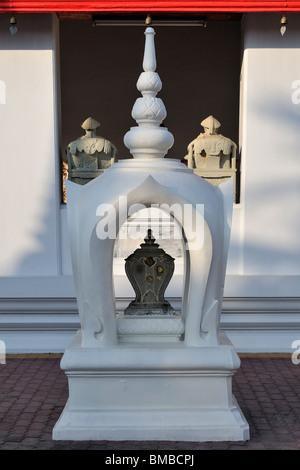 SEMA (Sima) oder Grenzstein vor einem buddhistischen Tempel in Bangkok, Thailand. - Stockfoto