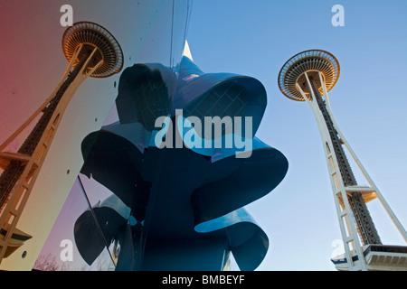 Seattle, WA Experience Music Project Innenstadthaus reflektieren die Space Needle und metallischen Formen im Seattle - Stockfoto