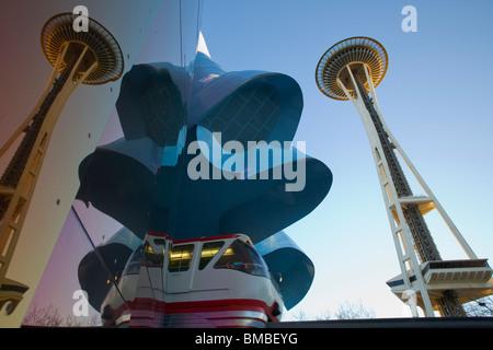 Seattle, WA Experience Music Project Gebäude spiegelt die Space Needle und MonoRail am Seattle Center - Stockfoto