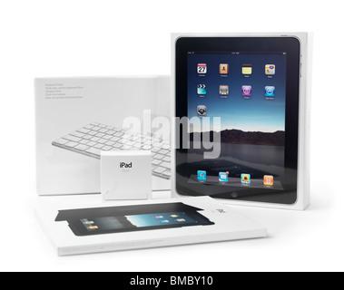 Apple iPad und Zubehör-Produkt-Verpackungen verpackt und in Plastik verpackt. Isoliert mit Beschneidungspfad auf - Stockfoto