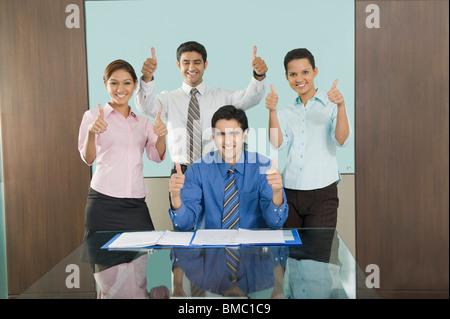 Führungskräfte in Unternehmen zeigt Daumen hoch Zeichen in einem Büro - Stockfoto
