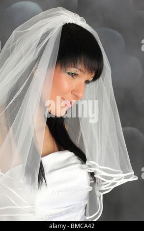 Porträt eines jungen Elektrobetriebe Braut im Hochzeitskleid - Stockfoto