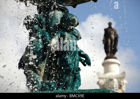 Brunnen und Statue des Königs D. Pedro IV auf dem Platz Praça de Dom Pedro IV oder Rossio in Lissabon, Portugal, - Stockfoto