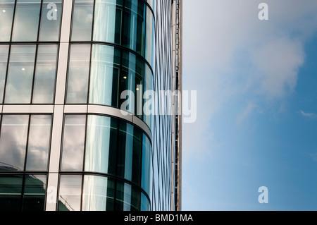 Nahaufnahme von Windows auf skyscaper - Stockfoto